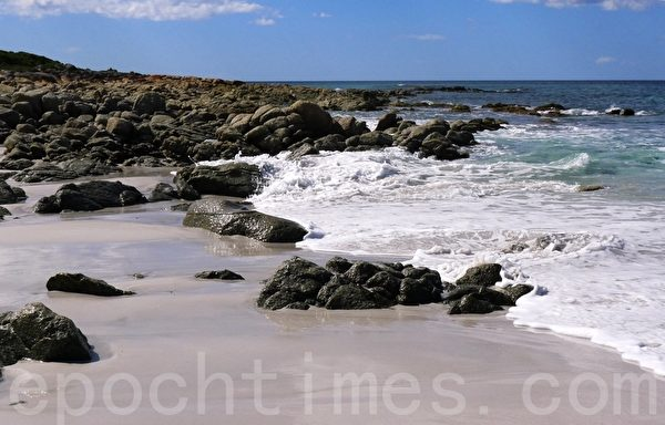 弗雷西特国家公园的友好海滩(Friendly Beach),一层层洁白的浪花冲刷著沙滩上的岩石。(华苜/大纪元)
