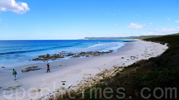 弗雷西特国家公园的友好海滩(Friendly Beach),长长白沙滩,一眼望去的沙滩和湛蓝的海水,游客到此享受着自己的时光。(華苜/大紀元)