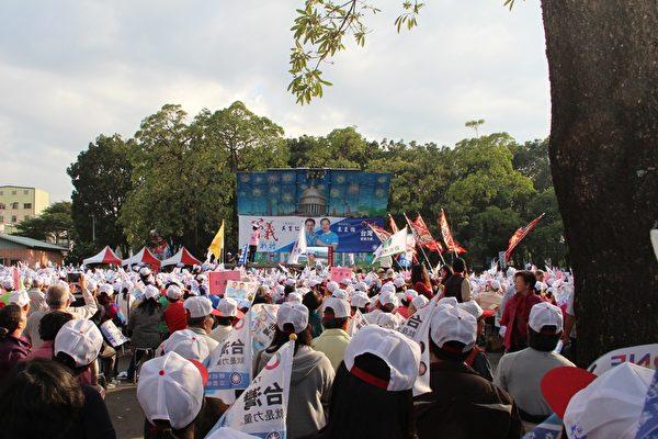 上万的来客,有的来自云林县等其他县市,而嘉义市在前市长黄敏惠的号召下,许多里的里长也亲自率领里民来充场,人手一支旗子,摇旗呐喊,场面相当壮观。(李撷璎/大纪元)