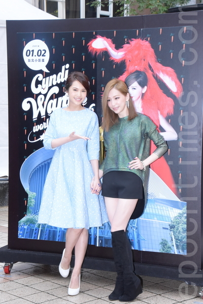 王心凌於2015年12月6日在台北舉行第十一張個人專輯簽唱會。楊丞琳(左)驚喜現身。(黃宗茂/大紀元)