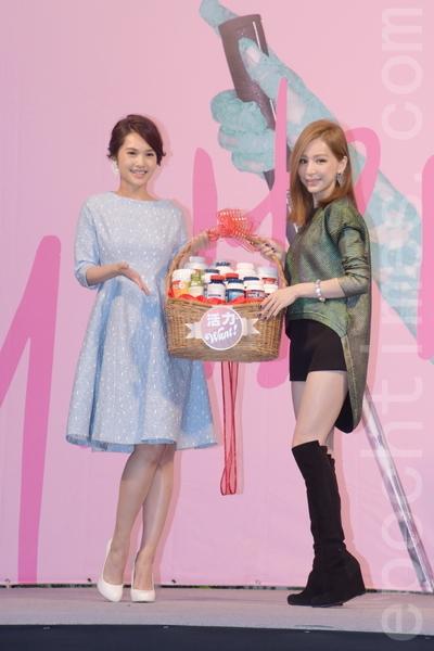 2015年12月6日在台北,楊丞琳(左)特別準備一大籃的健康補給品,希望心凌在演唱會倒數的26天能達到體力最高峰。(黃宗茂/大紀元)