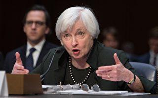 2015年12月3日,在华盛顿特区国会山庄,美国联邦储备委员会主席耶伦在经济委员会演讲时谈论经济展望,释放出即将加息的强烈信号。(NICHOLAS KAMM/AFP/Getty Images)