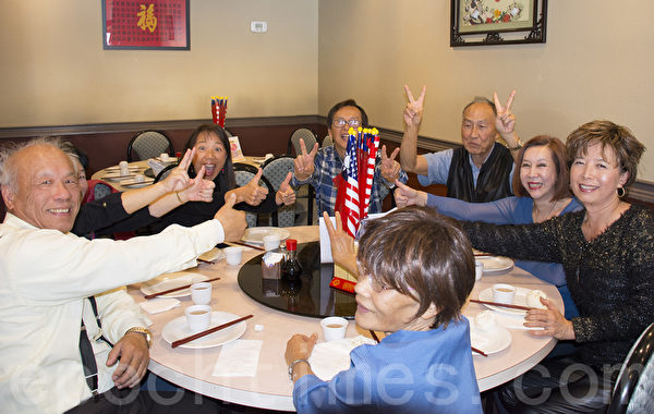 参加造势餐会的国民党支持者们力挺朱立伦胜选。(杨婕/大纪元)
