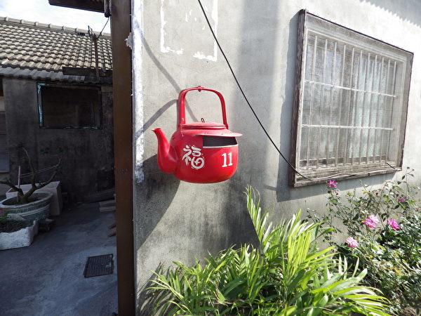 在社區裡到處可見紅色的「茶壺信箱」。(廖素貞/大紀元)