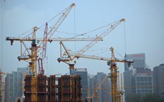 中共社會科學院日前發布的最新報告稱,大陸商品住房過剩,樓市總庫存高達21億平方米。圖為2015年7月22日,北京一處建築工地。(WANG ZHAO/AFP/Getty Images)