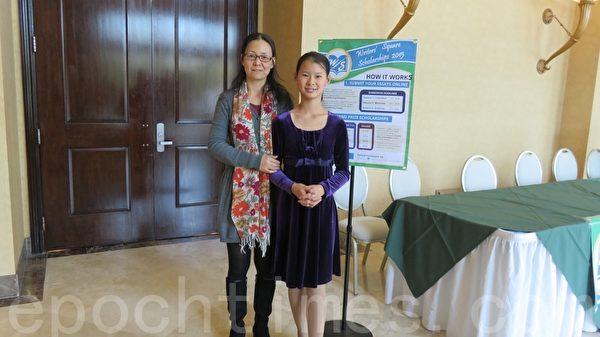 获奖组别一小学组的第一名左小凡与母亲马磊。(袁玫/大纪元)