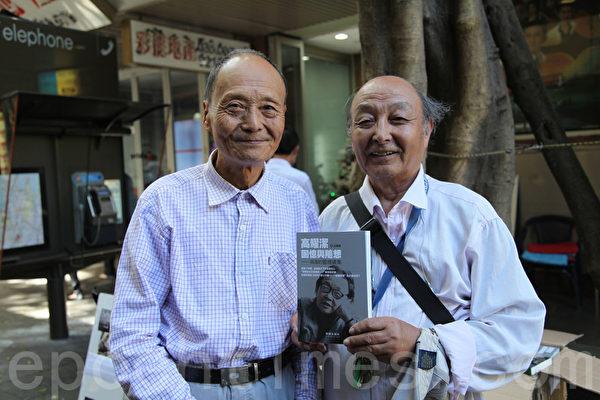 12月6日下午在悉尼唐人街,中国当代著名的艾滋病防治活动家高耀洁的胞弟高世浩(左),带来一批高耀洁的著作《高耀洁回忆与随想》,赠送给生活在悉尼的华人。(骆亚/大纪元)