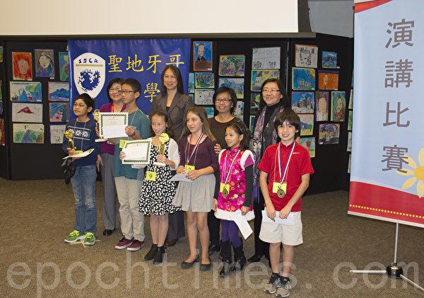 12月6日,加州圣地亚哥中华学苑举行年度演讲比赛。图为双语乙组参赛学生与评委、校长合影。(杨婕/大纪元)