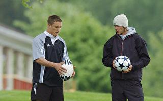2003年贝克汉姆(右)在随约翰尼‧威尔金森学习如何持英式橄榄球。(Stu Forster/Getty Images for Adidas)