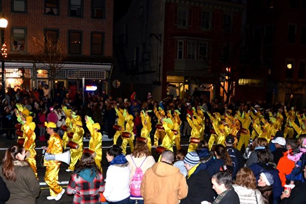 在西切斯特聖誕遊行中,法輪功腰鼓隊受到民眾夾道歡迎。(凌浩/大紀元)
