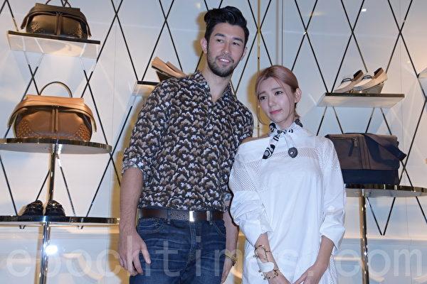 郭雪芙(右)於2015年9日在台北出席品牌活動。對於經紀人Elsa和宋米秦之間的誤會,澄清自己是站在中立的立場。(黃宗茂/大紀元)
