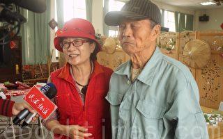 每次都親自陪父親來上課的莊茹安(左)對87歲的父親莊坤炳(右)失智的症狀沒有繼續惡化很滿意。(林萌騫/大紀元)