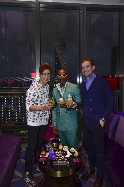 品冠(左)音乐跨越种族国界,歌声还打动了来自纽约与俄罗斯的时尚旅人。(种子提供)