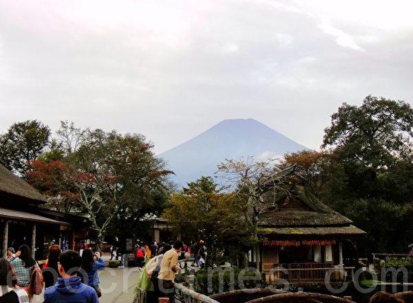 忍野八海看到的富士山(藍海/大紀元)