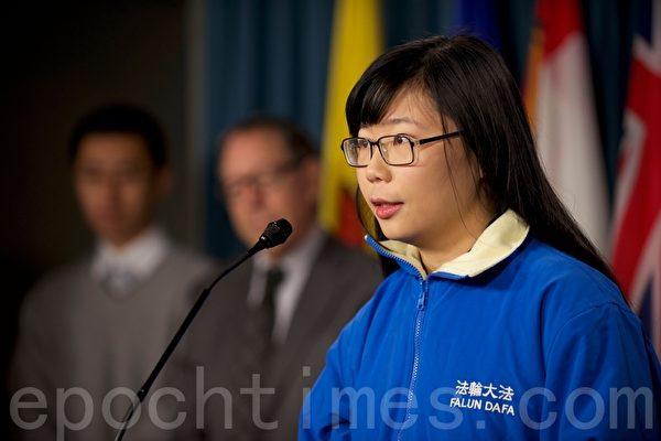 图:22岁的法轮功学员陈希在国会里面的一个新闻会上发言。(Matthew Little/大纪元)