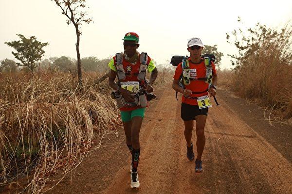 台湾超级马拉松好手陈彦博赴美参加非洲布吉纳法索213公里超马赛,历经5天的赛事,陈彦博勇夺总冠军。(陈彦博提供)