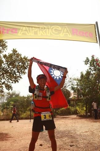 台湾超级马拉松好手陈彦博赴美参加非洲布吉纳法索213公里超马赛,历经5天的赛事,陈彦博在沙尘暴中支气管发炎,最终他抱病披着中华民国国旗抵达终点勇夺总冠军。(陈彦博提供)