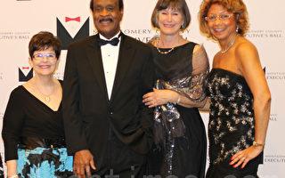 """12月7日晚,马州蒙郡举行""""郡长舞会""""(Executive Ball),庆祝蒙郡近30年来在艺术和人文领域上的成就。左二:蒙郡郡长莱格特,右一:活动组织者、蒙郡郡长夫人凯瑟琳‧莱格特。(何伊/大纪元)"""