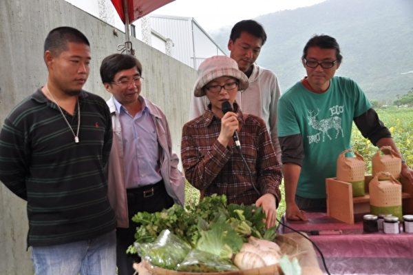 赵俐雅(中)说明种植有机蔬菜的历程。(詹亦菱/大纪元)