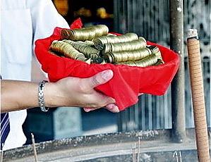 開運五帝錢經過台灣知名廟宇過火加持,更顯祝福。(隆美窗簾提供)