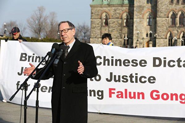 前司法部長考特勒說:「對待法輪功的態度,將是一個試金石,檢驗中國是否能和世界其他地區一起站在歷史正義的一邊。」 「結束強迫和非法的活摘器官!」「釋放加拿大法輪功學員在國內的親屬,釋放所有的法輪功修煉者!」(艾文/大纪元)