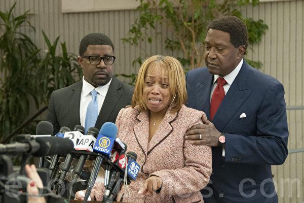 受害者的母亲Gwendolyn Woods(中)和民权律师约翰‧伯里斯(John L. Burris,右)。(周凤临/大纪元)