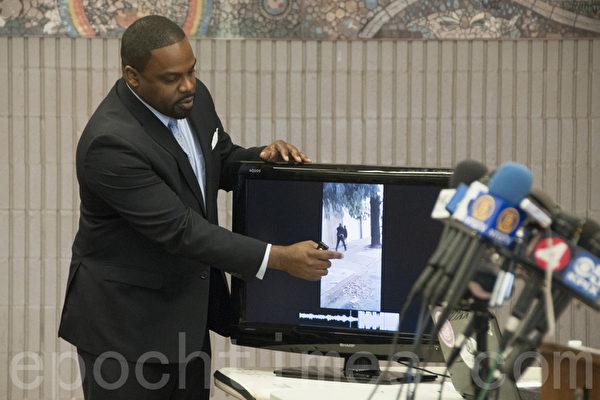 律师伯因特尔(Adante D. Pointer)在出示新的录像证据。(周凤临/大纪元)