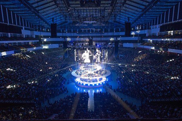"""""""苏打绿""""小巨蛋开唱,与德国60人交响乐团征服全场。(环球唱片提供)"""