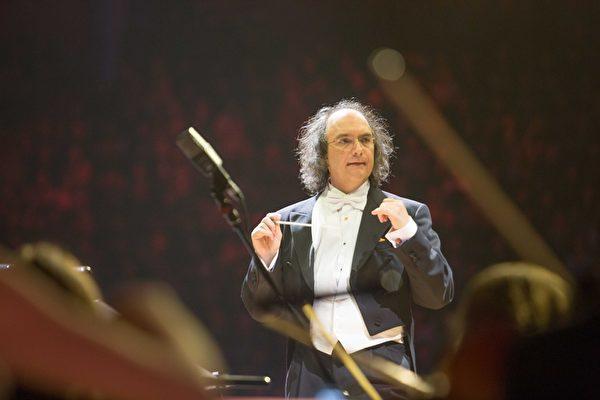 由德国指挥家Bernd Ruf率领60人交响乐团。(环球唱片提供)