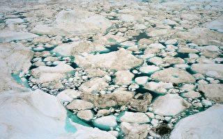 《科学进展》杂志于2015年12月11日发表哈佛大学的地球物理学家米崔维卡的研究报告说,由于全球急速暖化造成大量冰川溶化后,也导致了地球的自转速度变慢了。本图为格陵兰峡湾的冰山受到暖化影响而逐渐融化的情形。 (Uriel Sinai/Getty Images)