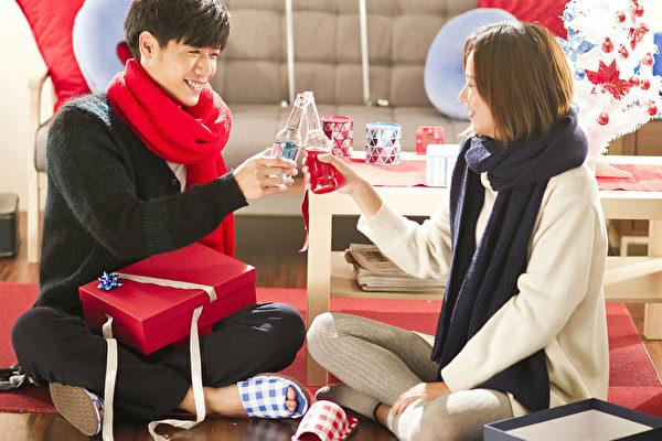 蔡旻佑(左)新歌《假男友》,首度邀請孟耿如當女主角,一起製造浪漫。(金三角提供)