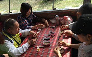 學員與家人一起參與藝術創作DIY。(苗縣府/提供)