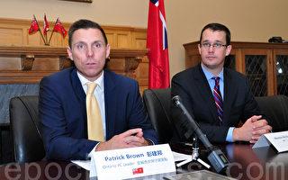 安省保守党领袖彭建邦(Patrick Brown)12月10日在安省议会大厦举办的一个华人媒体圆桌会议上,鼓励更多华人参与政党政纲的制定。右边是专责联系华社的议员麦诺顿(Monte McNaughton)。(周行/大纪元)