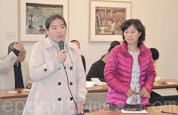 何娟(右)和高沈分别是维权公民幸清贤和唐智顺的家属,她们也来写贺卡。(梁博/大纪元)