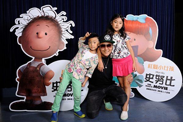 藝人王仁甫(中)的兒女YAYA(左)與樂樂(右)為《史努比》擔任中文配音。(福斯提供)