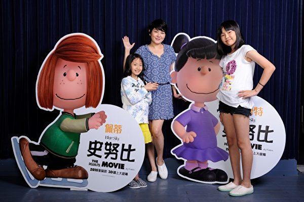 藝人Vicky(中)的女兒屈卉妍(左)、屈承貽(右)為《史努比》擔任中文配音。(福斯提供)