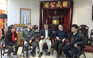 罗佰能律师(中)14日在联成公所,向福建老人联合会主席赵善梓(右二)等老人解释法律。(蔡溶/大纪元)