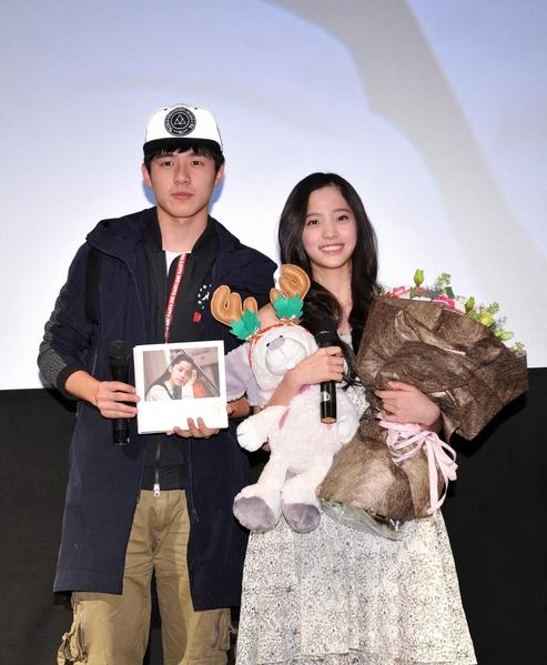 歐陽娜娜(右)率先在北京舉辦專輯錄音紀實MV首映儀式,左為劉昊然驚喜現身力挺。(環球音樂提供)