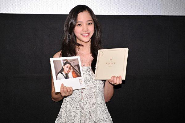 歐陽娜娜率先在北京舉辦專輯錄音紀實MV首映儀式。(環球音樂提供)