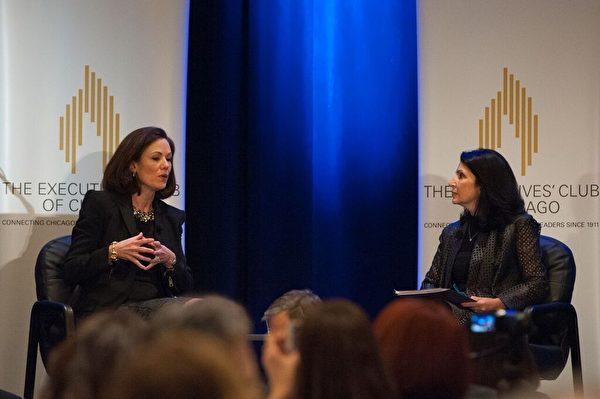 2015年12月10日,芝加哥高管俱乐部邀请美国化妆品零售巨头的ULTA Beauty总裁Mary Dillon分享了她的成功之道。图为Mary Dillon(左)在问答环节。(Executives' Club of Chicago提供)