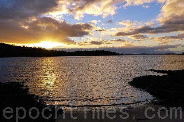 诺福克湾(Norfolk Bay),正巧太阳在下山,日落的辉光洒在水面,正是一幅浪漫的诗意画,我们真的像到了童话世界了。(华苜/大纪元)