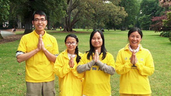 墨尔本越南裔法轮功学员向师父拜年。(王宇成/大纪元)