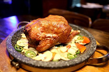苹果木烤鸡。(杜国辉/大纪元)