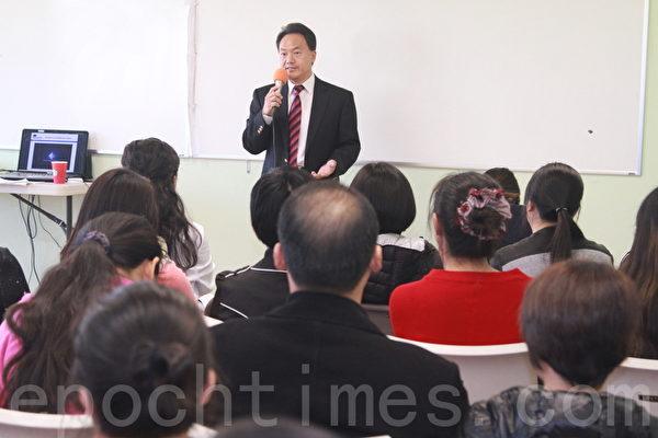 ACI創辦人郭培鈞在12月12日的講座上談校園人際關係表達能力的重要。(張岳/大紀元)