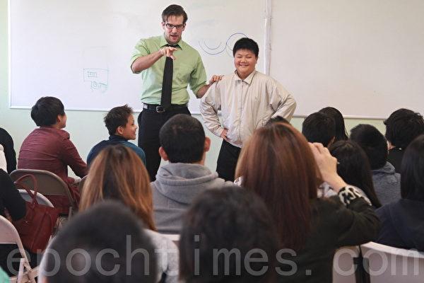ACI丹尼爾老師訓練學生們做公共演講能力。(張岳/大紀元)