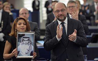 2015年12月16日,斯特拉斯堡歐洲議會,聲望崇高的沙卡洛夫人權獎得獎人沙烏地阿拉伯部落客巴達威(Raif Badawi)由於身陷囹圄,今天由歐洲議會議長馬丁·舒爾茨頒獎,他的妻子海達手持他的相片代領獎,她力促阿拉伯國家容忍異見。 (PATRICK HERTZOG/AFP/Getty Images)