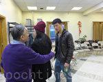 穆宜賓(右一)日前與母親到聯成公所,表示他將起訴市府和紐約警局,要求傷害賠償。(蔡溶/大紀元)