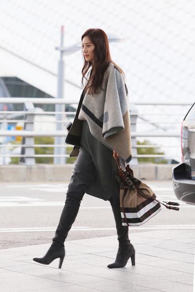 韩国女星秀贤身穿斗篷,具时尚感。(Burberry提供)