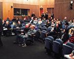 2月15日晚,苗必达市议会开会讨论调涨水费,居民到场发言反对。(读者提供)