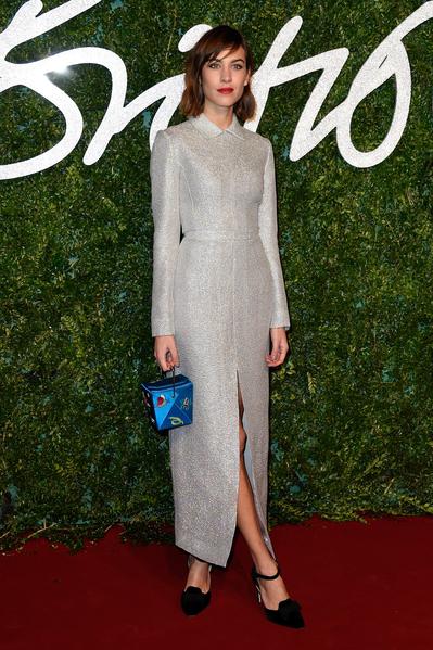 模特艾里珊·钟身着通体一色的前开气长裙。(Pascal Le Segretain/Getty Images)